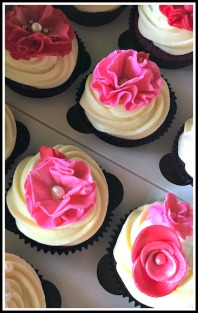 Red Velvet Cupcakes with Flower detail3