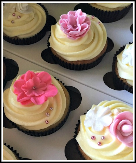 Vanilla Cupcakes with Flower detail2